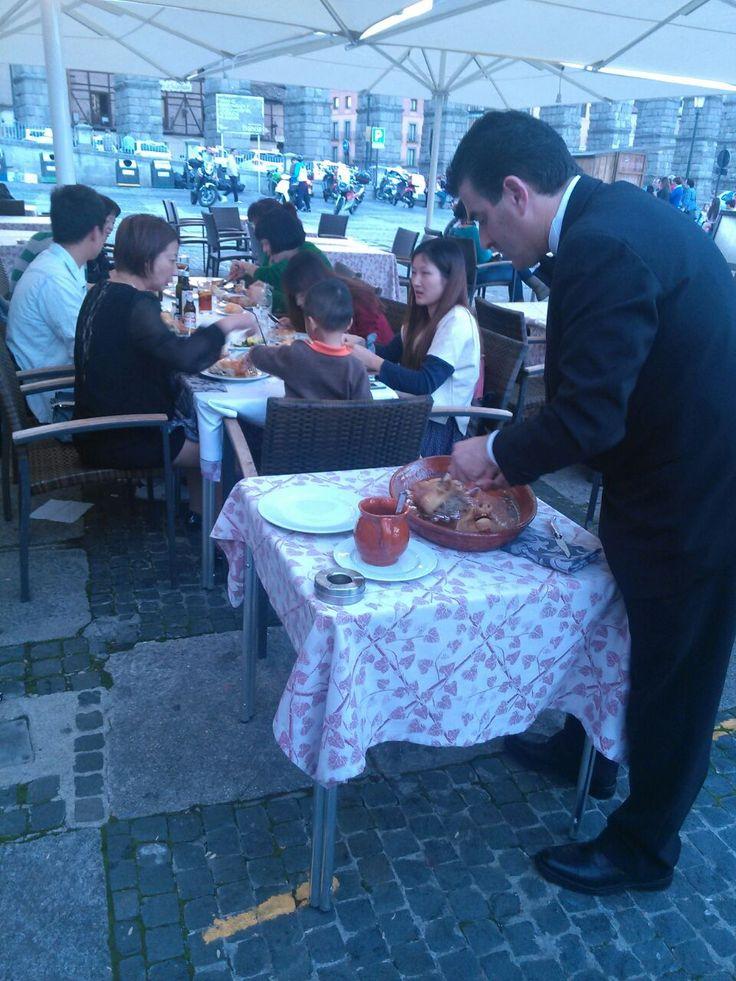 Sirviendo #cochinillo en nuestro restaurante Acueducto Roasted #sucklingpig in Casares Rest. in #Segovia