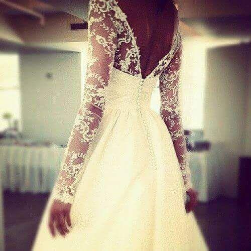 Abito sposa, particolare retro con bottoncini, scollatura sulla schiena, e maniche lunghe con trasparenze