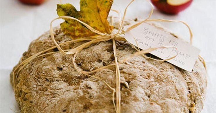 Ett saftigt bröd med syrlig smak av lingon. Frysta lingon går bra, bara de är tinade. Prova att rosta brödet efter någon dag och ät med lagrad ost. Mmm… Receptet ger två limpor.