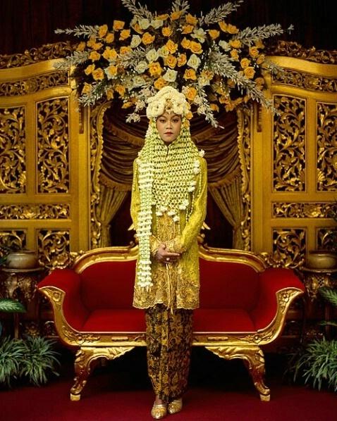 Javanese bride in handwoven live flowers, Blitar, Indonesia http://www.usebristol.com.br/