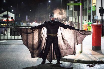 Warner Bros. снимет женскую версию «Бэтмена» http://mnogomerie.ru/2017/03/31/warner-bros-snimet-jenskyu-versiu-betmena/  Кинокомпания Warner Bros. запустила в производство фильм «Бэтгерл» (Batgirl) о супергероине из вселенной «Бэтмена». Об этом сообщает NME. Режиссером, сценаристом и продюсером ленты выступит Джосс Уидон, снявший такие картины, как «Мстители», «Мстители: Эра Альтрона» и мини-сериал «Музыкальный блог Доктора Ужасного» с Нилом Патриком Харрисом. Уидон также написал сценарий…