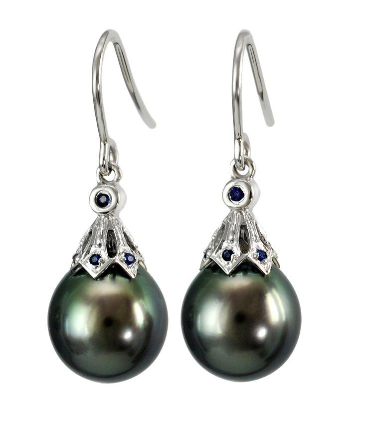 Olśniewające kolczyki z perłami Tahiti w oprawie z białego złota i szafirami. Znakomite na co dzień jak również do wieczorowych kreacji. #kolczyki #earrings #perły #pearls #perlas #perolas #instafashion #perfect #adorable #luksusowezakupy