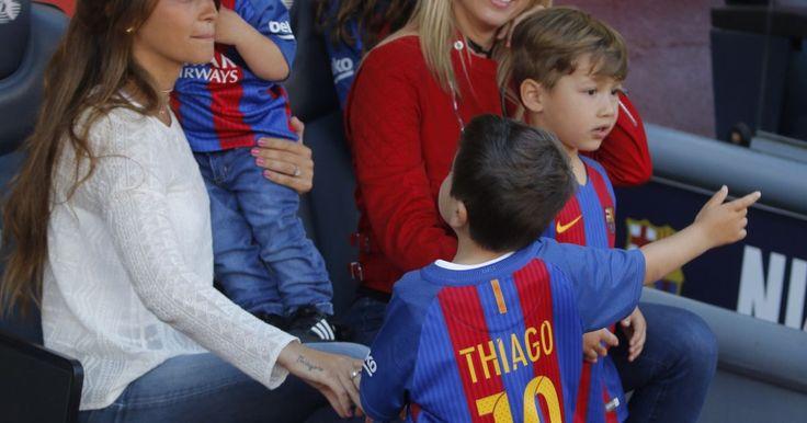 Avec femmes et enfants au Camp Nou, pause tendresse                      Le duel à mort continue au sommet de la Liga : samedi 6 mai 2017, le FC Barcelone de Lionel Messi n'a pas failli dans le sprint ... http://www.purepeople.com/article/lionel-messi-et-luis-suarez-avec-femmes-et-enfants-au-camp-nou-pause-tendresse_a234199/1 Check more at http://www.purepeople.com/article/lionel-messi-et-luis-suarez-avec-femmes-et-enfants-au-camp-nou-pause-tendresse_a234199/1