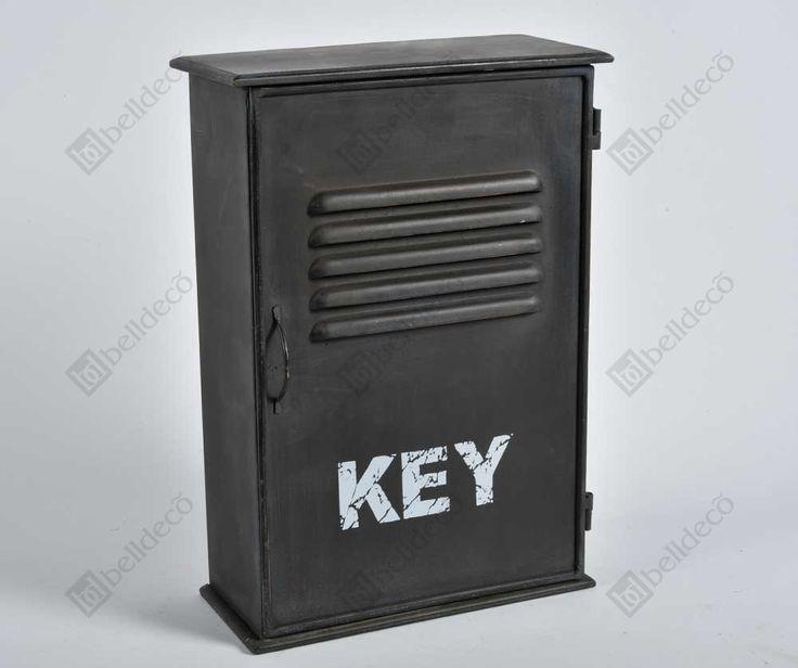 Metalowa szafka na klucze z napisem odnoszącym się do jej wykorzystania. Jak widać seria Loft nie tylko posiada meble!  Więcej na www.lawendowykredens.pl