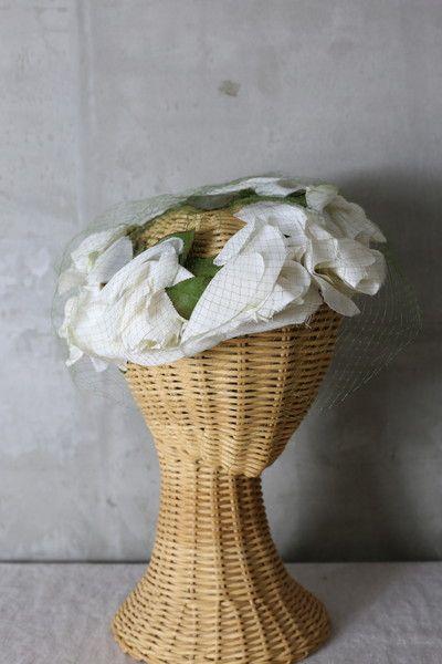 繊細なバラが何輪も連なったヴィンテージヘッドドレス リーフとチュールがグリーンカラーでアクセントになりナチュラルな印象に 繊細なチュールが顔を覆う姿は美しくガーデンウェディングにもとても相性が良いヴィンテージヘッドドレスです
