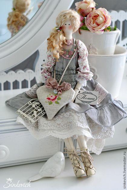Купить или заказать Полина в интернет-магазине на Ярмарке Мастеров. Очаровательная куколка Полина сшита на манер куколки Агнес, только в более светлых тонах. Легкий сарафан украшен вышивкой рококо, на ножках кожанные ботиночки, а подвеска с вышивкой в форме сердечка наполнена лавандой... Повтор не возможе…