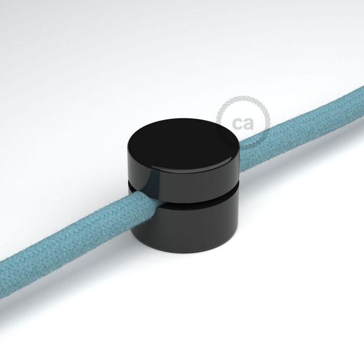 Die Wand- und Deckenpins schwarz, sind nicht mehr wegzudenken, wenn es um die Fixirung unserer Textilkabel an Wand und Decke geht. Zaubern Sie eine bunte Linienführung, mit unseren Textilkabeln. Geeignet für Kabel bis 8 mm und natürlich mit all unseren Textilkabeln aus unserem Sortiment.  Die Verpackung enthält eine Schraube und das Wandbefestigungsstück.