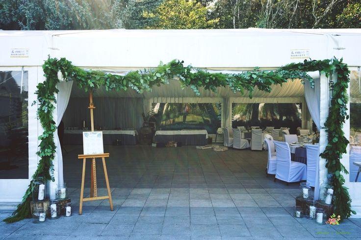 Zielona girlanda z liści zawieszona na wejściu do namiotu #wedding #flowers #decoration #2016 #green