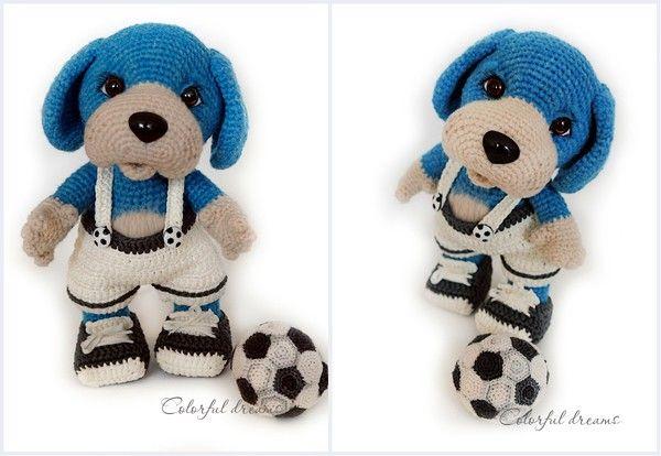 Der Hund in blauer Farbe mag - und spielt sehr gerne Fußball. Er hat einen Traum, in der Fußballnationalmannschaft zu spielen, dazu trainiert er jeden Tag um besser zu werden. Er ist ca. 25cm groß. Je nach Wollstärke kann er kleiner oder größer werd