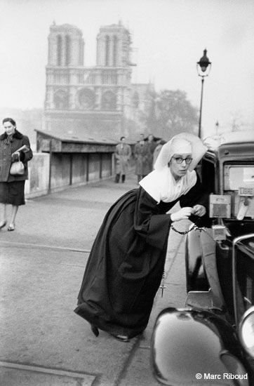 Paris, 1953. Sister of St. Vincent de Paul gently drag a taxi driver who, fortunately, is free. By Marc Riboud