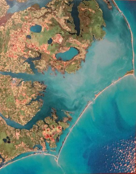 Outer Banks. Les Outer Banks en Caroline du Nord sont un système de cordons littoraux qui séparent l'Atlantique de vastes baies intérieures, les sounds. Ils sont connus pour le premier vol des frères Wright en 1903, les exploits et la fin du pirate Blackbeard, alias Edward Teach, et le cap Hatteras, fameux pour ses tempêtes et ses naufrages. Des plages à plus finir, des graus* délicats et des plans d'eau superbes, mais peu profonds.