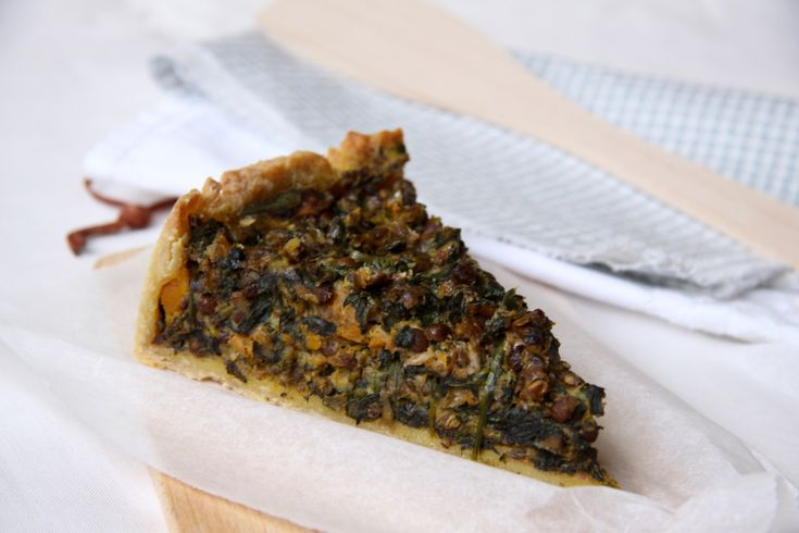 Vegetarisch recept voor hartige taart met spinazie, pompoen, linzen en champignons. Lekker met makkelijk zelfgemaakt deeg.
