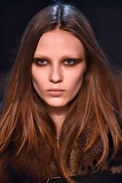 Move over big en bushy power brows (sorry Cara)! Dit jaar schittert de wenkbrauw namelijk in afwezigheid. De no-brow trend is geboren.