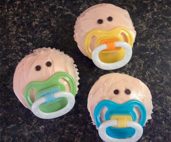 cupcakes con chupon de verdad en colores amarillo y azul los chupones