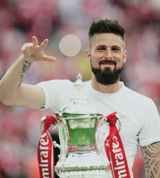 Olivier Giroud of Arsenal celebrates with the trophy after The Emirates FA Cup Final between Arsenal and Chelsea at Wembley Stadium on May 27, 2017 in London, England. #yagunnersya Football, calcio,futbol,tumblr