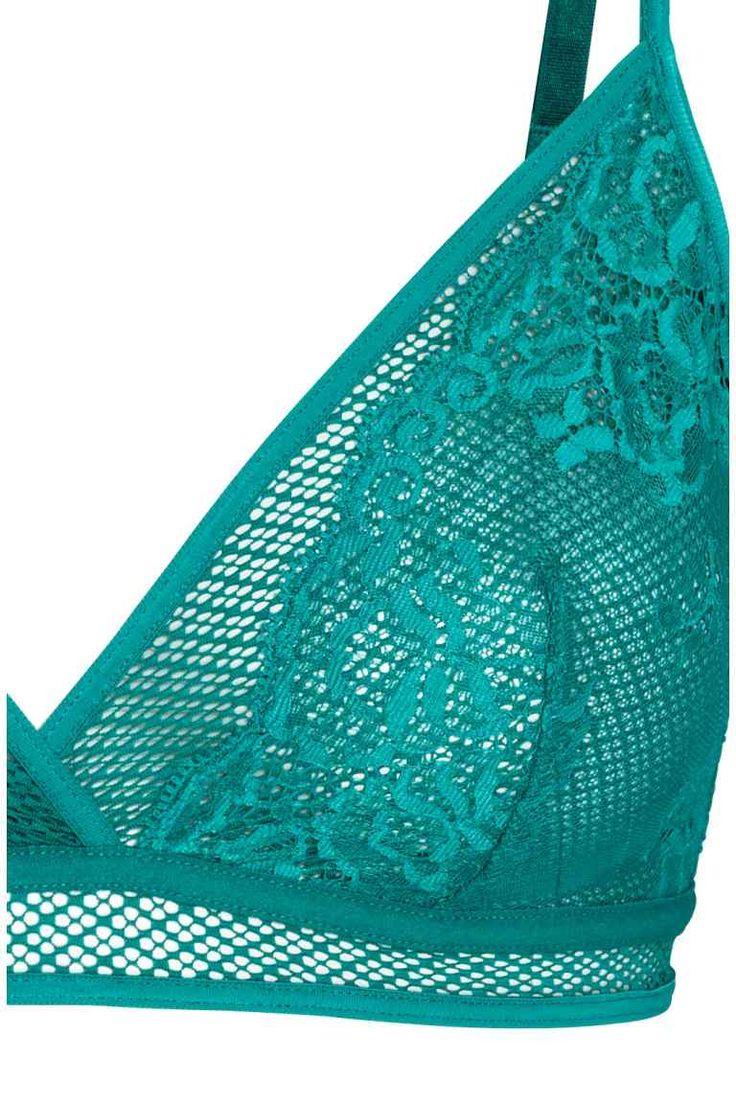 Kanten triangelbeha: Een triangelbeha van kant en mesh zonder beugel die de borsten een natuurlijke vorm geeft en lichte ondersteuning biedt. De beha heeft verstelbare schouderbandjes en een haak-en-oogsluiting op de rug.