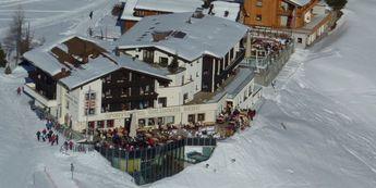 Über den Dächer Lechs am Arlberg liegt das 4-Sterne–Hotel Goldener Berg, direkt im Skigebiet und im Sommer an Wanderrouten. Auf 1.700 m Meter Höhe genießen die Gäste den ultimativen Panoramaausblick und lassen sich hier im der Wellness- und Spa-Welt und der haubengekrönten Küche kulinarisch verwöhnen.