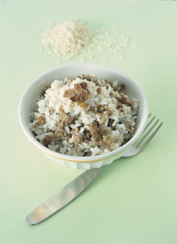In una casseruola (possibilmente di terracotta) versate un litro d'acqua, salatela, ponete sul fuoco e portate a bollore. Fate cadere lentamente il riso...