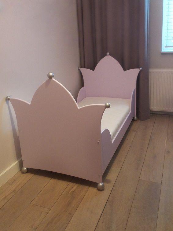 Dit kroonbed is matrasmaat 70 x 150 met een dubbele kroon en verlaagde zijkanten. Uw kind kan zo makkelijker het bed in en uit maat kan er s'nachts ook makkelijker uitrollen incl. dekbed.