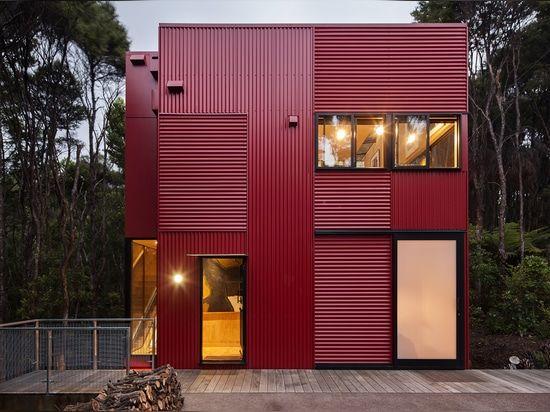 La casa roja es la más última, diseñado para un artista y un percussionist. En solamente 90 sq m, y con un presupuesto apretado, trabaja eficientemente para proporcionar todas las necesidades prácticas de la vida, mientras que experto eleva los materiales diarios y con la luz para hacer ricos simples y el acoplamiento de una casa.    Su exterior rojo se sienta en contraste vivo con el verde del arbusto, agregando una explosión de la vida y el sentido del inesperado. El arquitecto Ken…