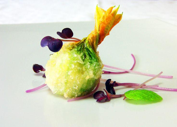 """Fiore di Zucca in panko bread tempura, ripieno di """"tocco"""" di pesce spada trapanese marinato e speziato con mirin, succo di yuzu, aceto di la..."""