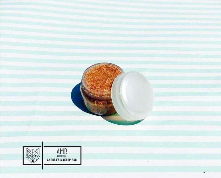 • Chocolate • Exfoliante de azúcar para labios  Beneficios: ♡El aceite de coco es uno de los mejores hidratantes naturales que podemos encontrar para el cuidado de la piel y es un buen aliado para limpiar profundamente la piel y deshacerse de las células muertas que se van acumulando día a día. ♡ El chocolate humecta y suaviza la piel, también contiene antioxidantes que luchan contra los radicales libres.