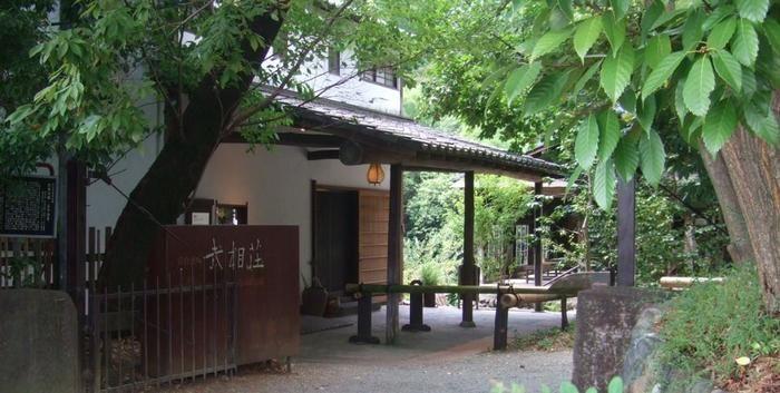 古き良き日本の美しい家屋「武相荘(Buaiso)」。元々は、明治時代に建てられた農家を、白州次郎・正子夫妻が気に入って買い取り、モダンで素敵な家に少しずつ造りあげていったそうです。