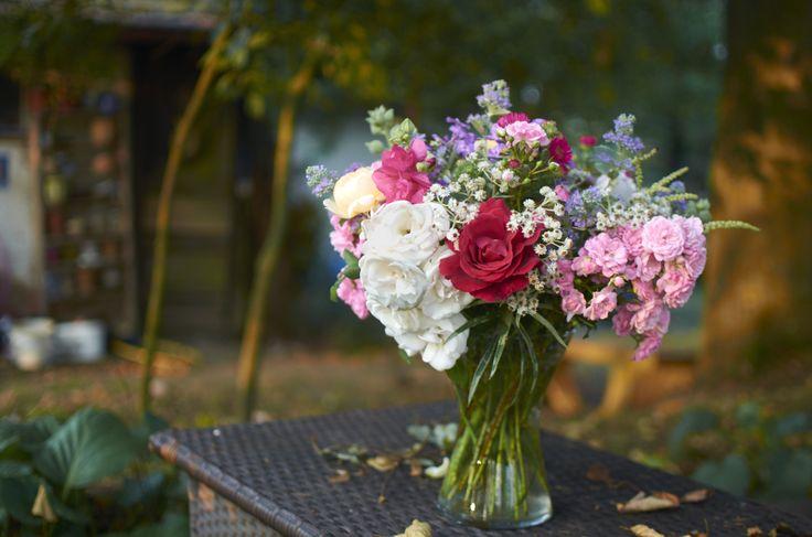 Květinová vazba z růží, ořechoplodce, plesnivce, floxů a dalších rostlin pozdního léta