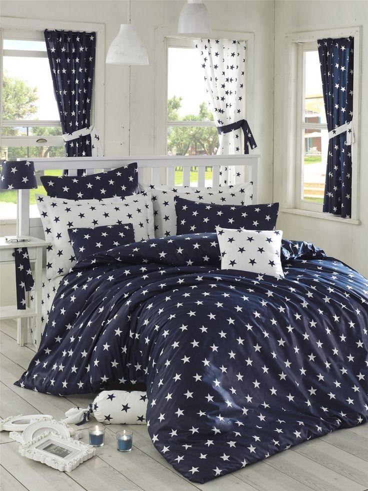 Povlečení ze 100% bavlny Stars v tmavě modré a bílé, oboustranné kombinaci hvězd pod značkou Homeville. Balení obsahuje povlak na peřinu a dva povlaky na polštáře.