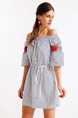0a6bb545975d Ριγέ φόρεμα με λαιμόκοψη κάρμεν (ακάλυπτοι ώμοι με λάστιχο). Κέντημα φλοράλ  στα μανίκια