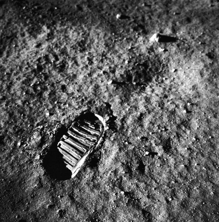 Casi 4 horas después del alunizaje Armstrong salió del Águila, luego 20min salió Aldrin  La caminata duró +2 1/2horas. https://www.nasa.gov/mission_pages/apollo/missions/apollo11.html … Publicado por: @Astronomia_ve
