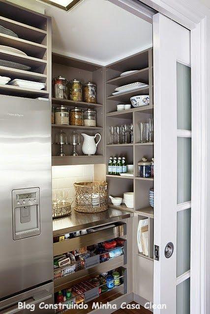 Closet da cozinha com porta de correr que esconde a despensa.