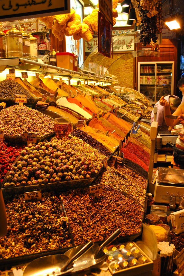 Coloured spices | Gran Bazar, Istanbul, Turkey