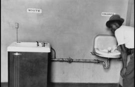 Dans les années 1950, la ségrégation raciale établie par les lois Jim Crow est encore appliquée aux Etats-Unis. Les personnes noires ne disposent pas des mêmes droits que les blancs. Une séparation physique qui perdure jusqu'aux années 1960. [ELLIOT ERWITT / MAGNUM PHOTOS]