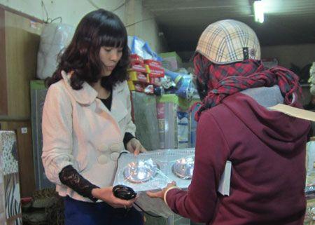 cảnh mọi người đổ xô đi mua đèn sưởi nhà tắm hans tại hansvietnam.com