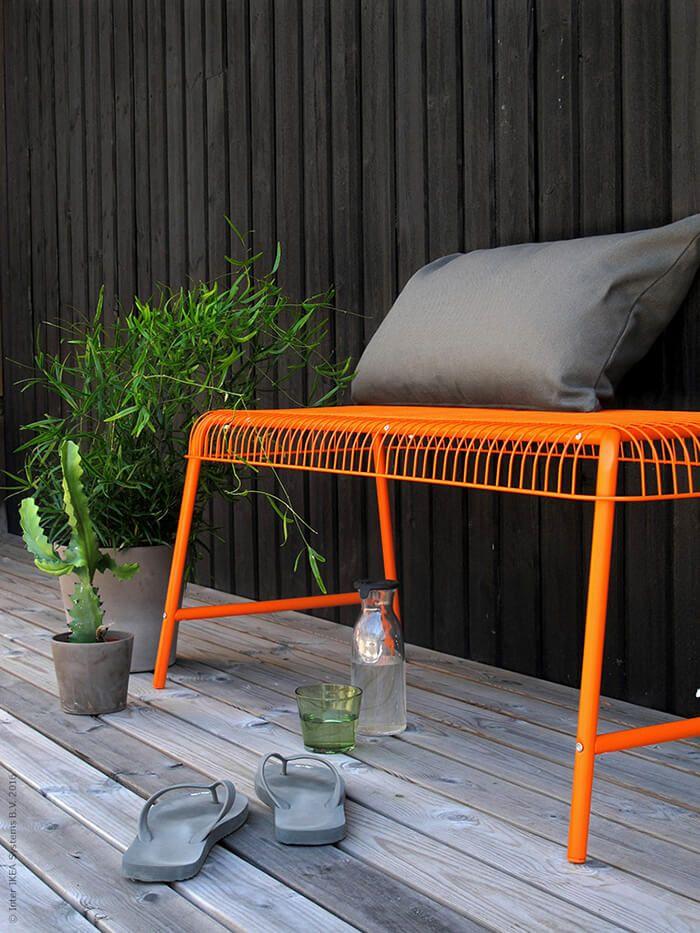 Met een klein balkon kan je maximaal genieten   IKEA IKEAnl IKEAnederland inspiratie wooninspiratie interieur wooninterieur buiten oranje outdoor tuin VÄSTERÖN bankje bank binnen cactus