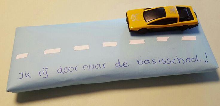Traktatie afscheid kinderdagverblijf  --------------- Voorverpakte ontbijtkoek inpakken... met type-ex strepen trekken..autootje erop plakken