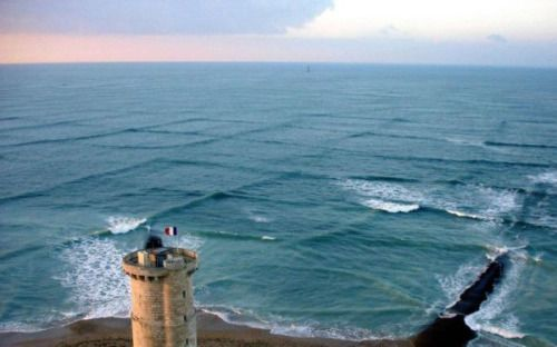 This unlikely photo shows a phenomenon called cross sea, and it's basically the coolest thing I've ever seen. In surface navigation, a cross sea is a sea state with two wave systems traveling at oblique angles. Waves generated by the new wind run at...