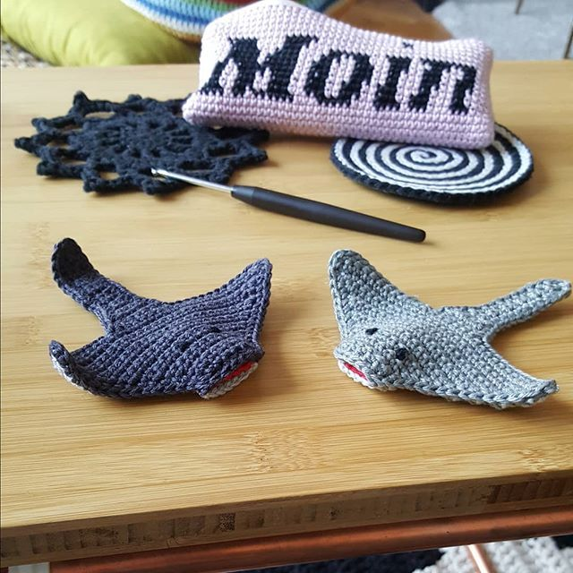 Rochen rocken – das wissen wir bereits. Wenn Ihr aber wissen wollt, wie man einen Rochen häkelt, dann schaut schnell suf dem Blog vorbei (Link ist in der Bio). Habt viel Spaß damit! . . . A new pattern of this cuty #stingray is up on the blog – unfortunately in German only. However, feel free to check out Google-Translate to get the gist. Would you be interested in an English version of the pattern? #Rochenrocken #Rochenliebe #häkelanleitung #häkelnmachtglücklich #häkeldirdiewelt #crochetgir…