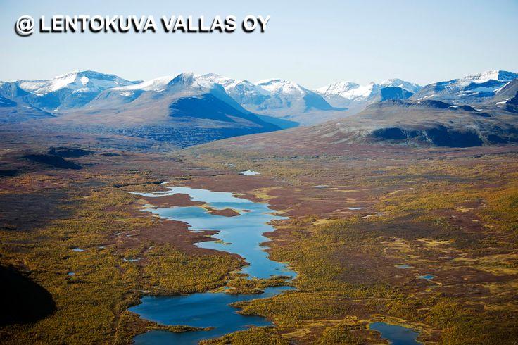 Näkymä Enontekiön Mallan luonnonpuistosta Norjan vuoristoon Ilmakuva: Lentokuva Vallas Oy