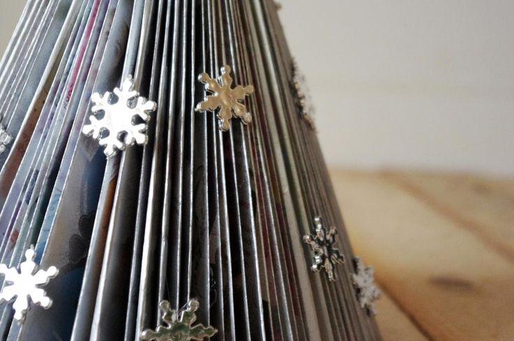 Vánoční stromeček z časopisu - Postupně jsme přehnuli šikmo na půl jednotlivé stránky, podle formátu je potřeba zahnout přesahující konce dovnitř. Stromeček pak můžeme kreativně ozdobit podle své fantazie ( DIY, Hobby, Crafts, Homemade, Handmade, Creative, Ideas)
