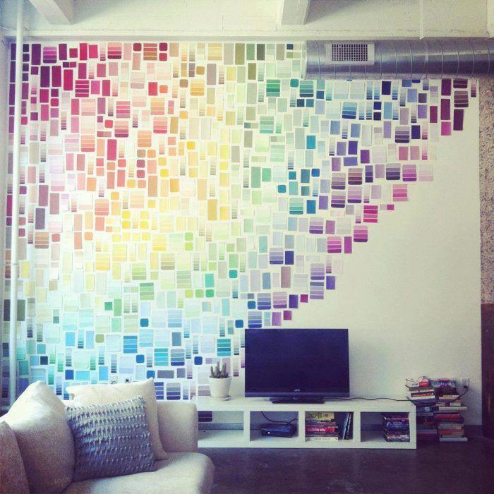 pared decorada con muestras de pinturas http://www.okchicas.com/tips/cosas-hogar-hacer-tu-misma/