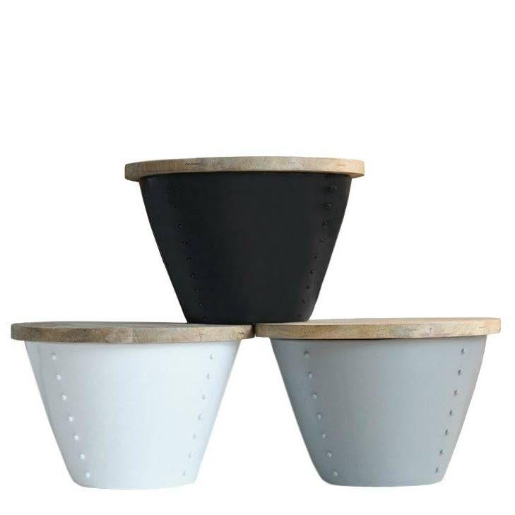 Indi is een leuke en hippe set van bijzettafels gemaakt van metaal met een houten deksel. Erg handig om spullen in op te bergen! De bijzettafel Indi wordt gelev