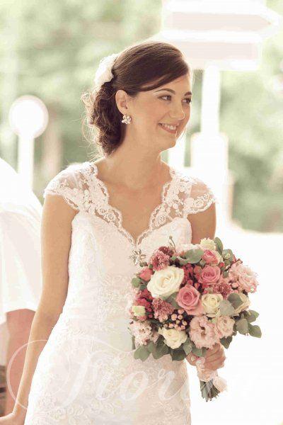 Kytice nevěsty z růží, eustom a bouvardií