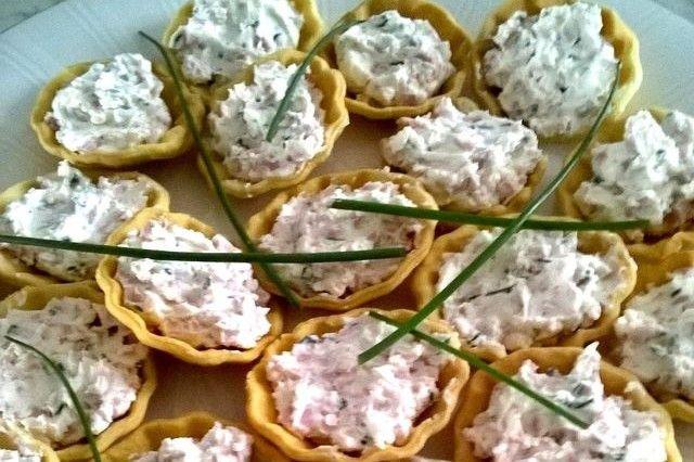 Cestini di pasta brisée con crema di formaggio e mortadella