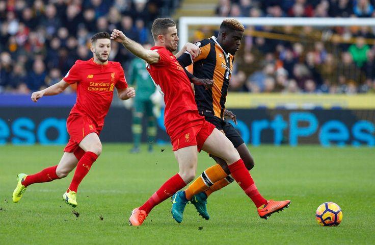 Liverpool Jordan Henderson v akcii s Hull City je Alfred N'Diaye
