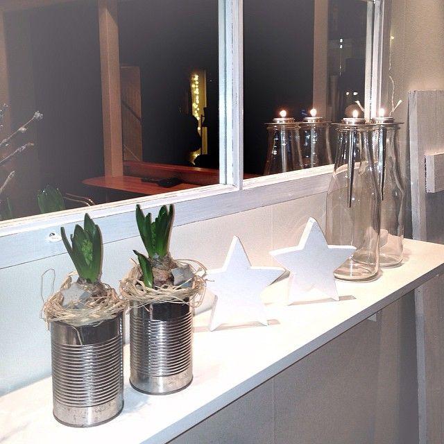 Instagram media by annma68 - Älskar vita hyacinter! Så kunde inte låta bli..... #hyacinter#blommor#enkelt#konservburk#hylla#stjärna #ljus#myhome #candles #interior123 #inredningsdetaljer #interior #interior4all #finahem #nordiskehjem #star#window #föster#spegel#mirror#glasflaskor#värmeljus