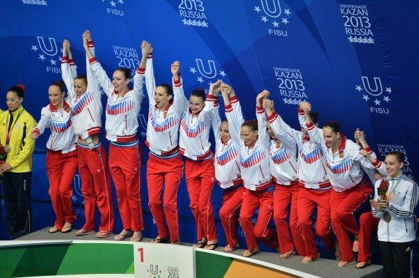 Команда России, завоевавшая золотые медали в соревнованиях по синхронному плаванию        -  Russian team that won the gold medal in the synchronized swimming