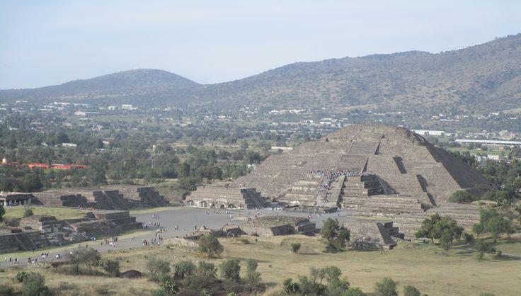 Pirámide de la Luna vista desde la cima de la Pirámide del Sol en San Juan de Teotihuacán, Estado de México, México.