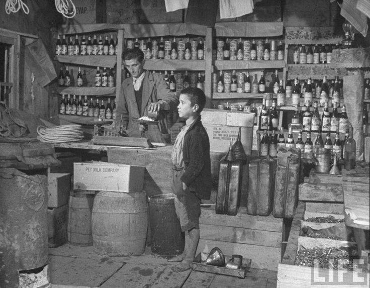 Παραδοσιακό παντοπωλείο στην Κρήτη – Φωτογράφος: John Phillips, 1947.